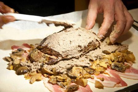 Тесто, бекон, грибы, мясо, печень