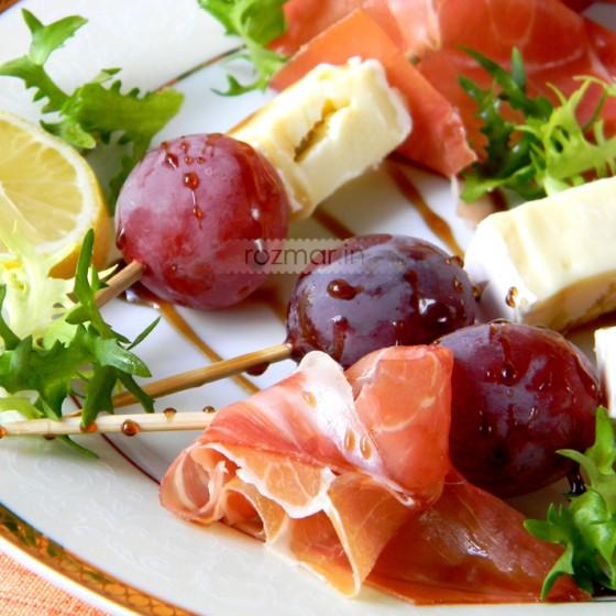 Пармская ветчина, сыр Бри и виноград